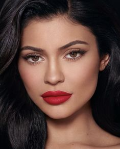 Kylie Jenner is an American media personality, model, entrepreneur, and socialite. She has starred in the E! reality television series Keeping Up with the Kardashians since 2007 and is the founder and owner of cosmetic company Kylie Cosmetics. Kylie Jenner Face, Kylie Jenner Fotos, Mode Kylie Jenner, Kylie Jenner Images, Kylie Jenner Makeup Look, Bridal Makeup, Wedding Makeup, Close Up, Beauty Makeup