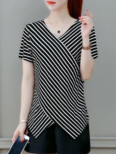 Striped V Neck Short Sleeves T-Shirt - Herren- und Damenmode - Kleidung Blouse Styles, Blouse Designs, Athletic Dresses, Red Blouses, Shirt Blouses, Sewing Clothes, Casual Tops, Dress Patterns, Tunic Tops
