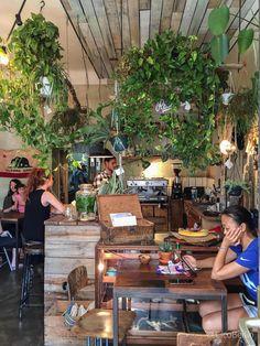 Ein Café mit super coolem Interior: Roamers Berlin Neukoelln