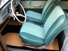 Interior VW Fusca. Detalhe em preto. Tons de verde/azul. Piso de madeira se destaca.