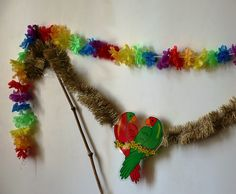 Die zwei verliebten Papageien sorgen für tropisches Feeling zu jeder Jahreszeit. Für ein buntes Gesamtbild kommt eine Haiwaianische Blumengrilande dazu. Bunt, Jewelry, Parrots, Seasons Of The Year, Pictures, Jewlery, Jewerly, Schmuck, Jewels