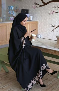 Black abaya hijab fashion look muslima Modest Fashion Hijab, Modern Hijab Fashion, Hijab Fashion Inspiration, Abaya Fashion, Mode Inspiration, Look Fashion, Fashion Dresses, Iranian Women Fashion, Islamic Fashion