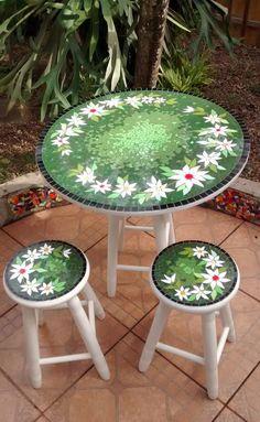 Mesa e banqueta em mosaico.  Material: Azulejos, pastilhas de vidro.  Base: Compensado naval.  Obs.: Dependendo do local o envio será por transportadora. Devido tamanho.  Medida tampo da mesa: com 60cm de diametro x 2cm expessura - Altura da mesa: 72cm.  Medida banqueta: 27cm de diametro x 49cm d... Mosaic Flower Pots, Mosaic Pots, Mosaic Garden, Mosaic Tiles, Tile Crafts, Mosaic Crafts, Mosaic Projects, Stained Glass Projects, Mosaic Designs