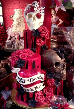 Love how ppl can be so crestive with cakes. Love how its edible sculpture Gothic Wedding Cake, Gothic Cake, Skull Wedding Cakes, Geek Wedding, Medieval Wedding, Wedding Ideas, Halloween Torte, Halloween Wedding Cakes, Pretty Cakes