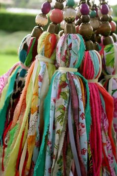 Fabric tassels with vivid colors, made of thin strips of fabric and ornated with beads on the top. They can be used for decoration, or for curtains Diy Tassel, Tassels, Craft Projects, Sewing Projects, Diy And Crafts, Arts And Crafts, Little Presents, Textiles, Passementerie