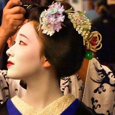 A close-up portrait of the maiko Mamefuji.(Taken by Yasuhiko Nakamura and click here for the individual source)