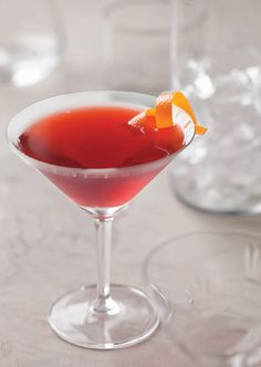 Best Negroni Recipe--A negroni is a classic cocktail recipe made with gin, sweet red vermouth, and Campari that has a vibrant red hue that's great at holidays but equally welcome at parties throughout the year. Wine Cocktails, Classic Cocktails, Cocktail Drinks, Cocktail Recipes, Alcoholic Drinks, Easy Shot Recipes, Negroni Recipe, Cheers, Coffee Is Life