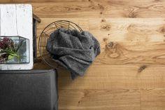 Rustiikkinen Tammi Villa on elävä ja omintakeinen sisältäen oksia ja vahvoja tammen syykuvioita. Parkettilaudan mitta on 14 x 190 x 2195 mm. Villa-parkettialaudan yhtenäisen pintakerroksen leveys on 190 mm. Pintasäle on kevyesti viistetty reunoista - lattiapintaan saadaan viisteillä lankkumainen ilme.
