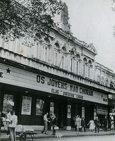 Os quatro sobrados geminados situados na Rua da Carioca que compunham originalmente o Cinema Ideal, foram construídos em 1905 pelo construtor Miguel Bruno, a mando de seu proprietário, o Visconde de Moraes.   Em 1909, a Empresa Pereira, Pinto e Cia., do ramo cinematográfico, adquiriu os quatro imóveis transformando-os no Cinema Ideal, que foi inaugurado em 16 de Agosto do mesmo ano.
