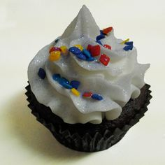Edible confetti in multi-colored diamonds on an iced cupcake. Diamonds are great for cupcakes, cakes and other baked goods. Complete edible!
