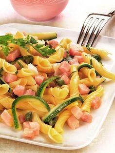 Cold pasta with zucchini and prosciutto Pizza E Pasta, Rice Pasta, Pasta Salad, Cold Pasta, Food L, Zucchini Pasta, Happy Foods, Pasta Recipes, Italian Recipes