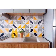 Lurca Azulejos | Azulejos Laje cinza, Molde preto, Tarde e Rqaiz amarelo no projeto do  @feliperassini | Laje grey, Molde black, Tarde and Raix yellow - Ceramic Tiles // Shop Online www.lurca.com.br #azulejos #azulejosdecorados #revestimento #arquitetura #reforma #decoração #interiores #decor #casa #sala #design #cerâmica #tiles #ceramictiles #architecture #interiors #homestyle #livingroom #wall #homedecor #lurca #lurcaazulejos Gym Design, House Design, Kitchen Furniture, Furniture Design, Room Interior, Interior Design, Kitchenette, Kitchen Tiles, Minimalist Design