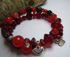 Bracelet en perles de verre rouges, sur fil mémoire, par Boutique Astrallia :http://www.alittlemarket.com/bracelet/bracelet_de_perles_de_verre_rouges_sur_fil_memoire_a_deux_tours-6049387.html