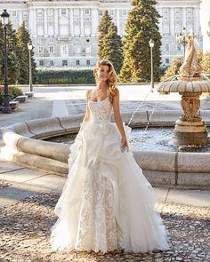 Round neckline with shoulder straps and open back. Lace Wedding Dress, Pink Wedding Dresses, Perfect Wedding Dress, Bridal Dresses, Wedding Photography Poses, Wedding Poses, Wedding Couples, Pronovias, Plan My Wedding