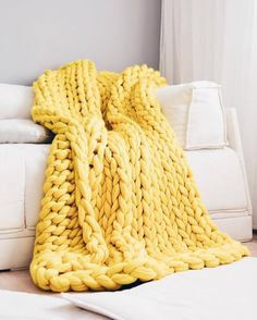 Giganto-Blanket Tutorial Explains How to Make a Chunky Knit Blanket laura birek giganto-blanket DIY chunky knit blanket oversized knit Knitted Blankets, Merino Wool Blanket, Huge Knitted Blanket, Oversize Knit Blanket, Thick Blankets, Diy Blankets, Plaid Grosse Maille, Knitting Projects, Knitting Patterns