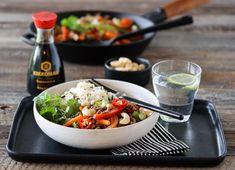 WOK MED KJØTTDEIG OG FARGERIKE GRØNNSAKER Frisk, Wok, Chili, Dinner, Ethnic Recipes, Cilantro, Red Peppers, Dining, Chile