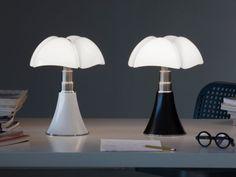 La lampe Pipistrello a 50 ans... et pas une ride ! La lampe de l'architecte italienne Gae Aulenti a traversé les années en conservant sa fraîcheur et sa modernité. Retour sur l'histoire et les origines d'une icône du design.