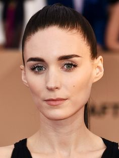 Rooney Mara with standout lashes at the SAG Awards. Pretty Makeup, Makeup Looks, Perfect Red Lips, Super Short Hair, Sag Awards, Celebrity Beauty, Face Skin, Hollywood Actresses, Eyebrows