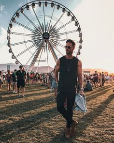 """25 Coachella """"real"""" looks - Festival Looks - GB separated the 25 best real looks from the influencers who went to enjoy the festival - Coachella Outfit Men, Coachella Looks, Festival Looks, Music Festival Outfits, Festival Fashion, Lollapalooza, Tomorrowland Outfit, Daniel Magic Fox, Festival Photography"""