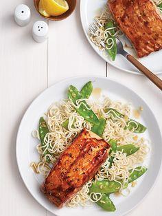 Filets de saumon laqués sur nouilles ramens - Châtelaine Filets, Spaghetti, Food And Drink, Fish, Ethnic Recipes, Healthy Recipes, Ramen Noodle Slaw, Shellfish Recipes, Dressing