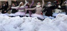 Protest în pași de dans la Liceul Floria Capsali Merino Wool Blanket, Culture
