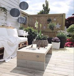 chic pallet bench seating with white wash vintage look. Outdoor Seating Areas, Garden Seating, Outdoor Rooms, Outdoor Gardens, Outdoor Living, Outdoor Decor, Rusty Garden, Pallet Garden Furniture, Deck Decorating