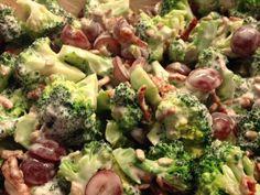 Her er en version af broccolisalat som er knap så fed som man ellers tit får dem. 2 stk. Broccoli i buketter og balanceret 1 bakke vindruer vasket og halveret 1 håndfuld solsikkekerner 1 pakke færdigstegt bacon drys (fås i Føtex og gør altså det hele lidt nemmer) Dressing: 5 dl. cheasy fraiche 6 %,…