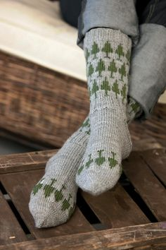 page has so many cool patterns.if only I could read finnish? Wool Socks, Knitting Socks, Hand Knitting, Knitting Patterns, Cool Patterns, Yarn Crafts, Knitting Projects, Knit Crochet, Free Pattern