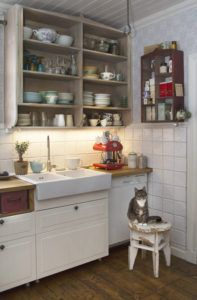 Puhtaanvalkeita Savimaakari-laattoja keittiössä. Wall Tiles, Kitchen Cabinets, Handmade, Home Decor, Room Tiles, Hand Made, Decoration Home, Room Decor, Kitchen Base Cabinets