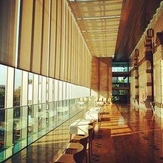 あたらしい施設と、旧い建物の融合、こんな場所に子どもを連れて行ったら、本だけではなく建築にも興味がわいてくるかもしれませんね。国立国会図書館国際子ども図書館 Library Bookshelves, Bookstores, Thesis, Interior Architecture, Minecraft, Entrance, Sunrise, Traveling, Stairs