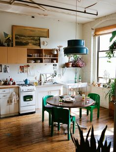 Home Decor Apartment .Home Decor Apartment Sweet Home, Cuisines Design, Kitchen Dining, Cozy Kitchen, Green Kitchen, Dining Room, Happy Kitchen, Kitchen Chairs, Kitchen With Plants