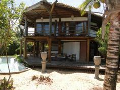 Casa Beira Mar Em Trancoso - Linda casa rústica na melhor praia de Trancoso, em terreno grande com piscina. 20m de praia,  Terreno 2400 m2 Casa completa com 6...