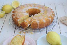 Wenn ich Zitronenkuchen backe, riecht die ganze Wohnung immer herrlich nach Frühling/Sommer. Der Zitronenduft liegt überall in der Luft… mhhmm…und wenn dann diese frischen Zitronen zusammen mit Buttermilch in einen Kuchen wandern, kann es doch einfach nur lecker werden! Dieser Zitronen-Buttermilch Kuchen ist wunderbar saftig und locker, das verspreche ich euch. Damit der Kuchen locker …Continue Reading...
