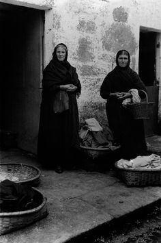 Mulleres vellas [Old women]. Muros, A Coruña, 1924. Vintage Photography, Art Photography, Spanish Costume, Female Photographers, American Women, Matilda, Historical Photos, Vintage Images, Beautiful Images
