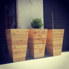 DIY pallet and wood planter box ideas don't have to be predictable. Discover the best designs that will give your deck a touch of style in DIY planter box designs, plans, ideas for vegetables and flowers Diy Wood Planters, Cedar Planter Box, Tall Planters, Diy Planter Box, Tall Planter Boxes, Outdoor Planter Boxes, Planter Ideas, Patio Planters, Modern Planters