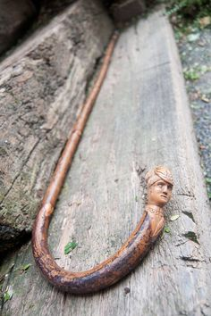 Antique walking stick in wood with a beautiful carved head, hand made. This French walking cane is very decorative! #antiques #vintage #antique #walkingstick