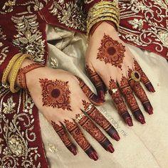 Unique Mehndi Design for Bride & Bridesmaids - Fashion Circle Mehndi Designs, Kashee's Mehndi Designs, Modern Henna Designs, Henna Tattoo Designs Simple, Back Hand Mehndi Designs, Latest Bridal Mehndi Designs, Mehndi Designs For Girls, Mehndi Design Photos, Wedding Mehndi Designs