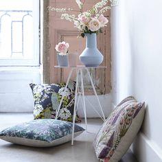 Des coussins fleuris et poétiques Pillow Talk, Elle Decor, Decoration, Accent Chairs, This Is Us, Throw Pillows, Furniture, Avril, Romantic