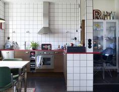 Kitchen with clean white tiles Boho Kitchen, Kitchen Tiles, Kitchen And Bath, Kitchen Dining, Nice Kitchen, Vintage Kitchen, Cosy Apartment, Scandinavian Kitchen, Blog Deco