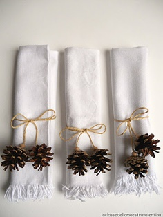 Burlap string and tiny pine cones wrap up white napkins for this Christmas table… Christmas Pine Cones, Noel Christmas, Christmas Crafts, Diy Christmas Napkins, Christmas Napkin Rings, Diy Napkin Rings, Diy Wedding Magazine, Decoration Christmas, Holiday Decorations