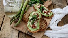 Crostoni integrali con mousse di asparagi e speck croccante | iFood