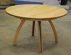 Table ronde design en chêne et Valchromat, à pieds courbes.