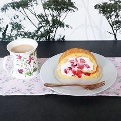 Diese Biskuitroulade ist echt schnell gemacht und gelingt immer. Mit frischen Erdbeeren schmeckt sie besonders gut. Pancakes, Low Carb, Breakfast, Blog, Biscuit, Strawberries, Food Food, Morning Coffee, Pancake