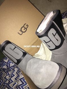 Uggs are not only the most loved but also the most controversial boots on the market. Cute Uggs, Cute Boots, Doc Martens Outfit, Doc Martens Boots, Shearling Boots, Leather Boots, Ugg Style Boots, Tennis Shoes Outfit, Vegan Boots