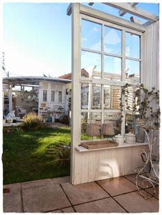 Shabby Landhaus: alte Fenster