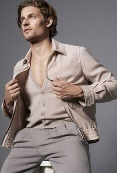 Para su lookbook primavera-verano 2016 Giorgio Armani ha recurrido a modelos como Wouter Peelen, Simon Van Meervenne y Dario Nanni que han posado e...