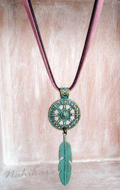 Tribal neckglace-Collar étnico -  Mandala and Feather - Pluma  y mandala pintados en turquesa - Estilo Boho - Antelina rosa y gris de Nahikare en Etsy