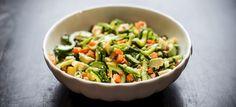 Skøn salat med sukkerærter, agurk, avokado, mango, gulerødder og peanuts med hjemmelavet dressing med chili, hvidløg og lime. Klik her og se opskriften