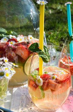 #bowle #erdbeerbowle #limettenbowle #limoncello #sommerbowle #gänseblümchen #aperitif Erdbeer-Limettenbowle mit Limoncello | Tatort Küche Limoncello, Alcoholic Drinks, Cocktails, Good Things, Plates, Juni, Canning, Food, Cocktail