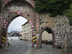 Gransee-Stadtmauer-Tor : Gransee, Landkreis Oberhavel, Land Brandenburg, Deutschland - mittelalterliche Stadtmauer und Ruppiner Tor